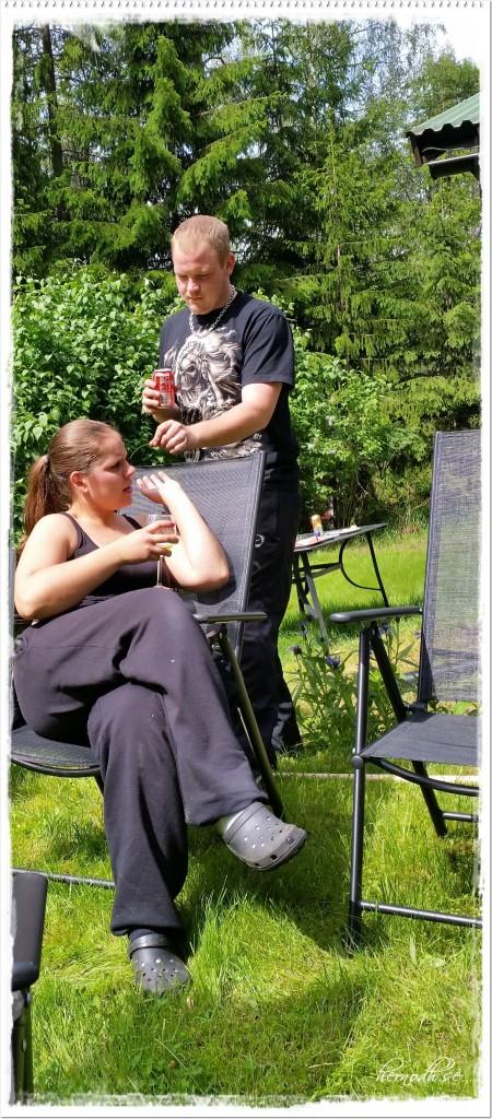 I väntan på att altanen skulle torka satte vi oss i solen en stund - vissa hade svårt att låta bli att busa
