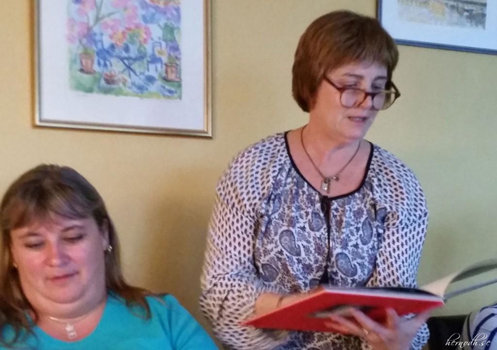 Janet läser högt ur boken - Arschelflöjten - en inte helt rumsren bok